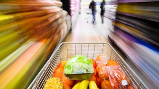 Românii cumpără mai puțin, dar cheltuie mai mult
