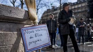 """""""Concert"""" de tigăi împotriva corupției, la Paris"""
