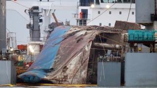 """Coreea de Sud: Epava feribotului """"Sewol"""", scoasă la lumină după trei ani de la tragedie"""