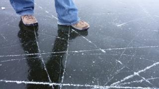 Creditarea țopăie pe gheață subțire