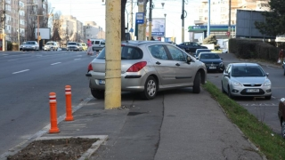 Cum încearcă Primăria să împiedice parcarea pe trotuar