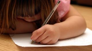 Cum îți dai seama că ai un copil stângaci și ce ai de făcut?