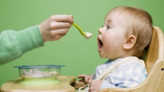 Cum ne hrănim bebelușii. Cele mai importante sfaturi despre diversificare!