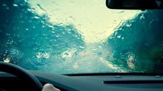 Cum să conduci în siguranţă atunci când plouă!