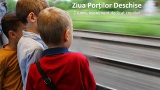 Copiii se distrează în tren