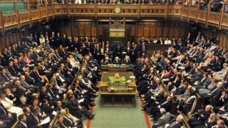 Dezmăţ total în Parlamentul britanic: Deputații pot să renunțe la cravată