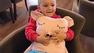 Diagnosticată cu cancer la ochi, micuţa Alina a fost salvată de la orbire!