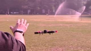 Dronă condusă doar prin gesturi ale mâinii
