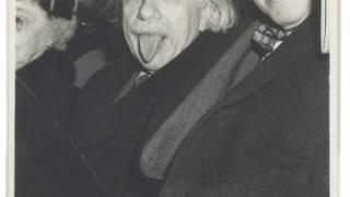 Celebra fotografie în care Einstein scoate limba, vândută! Vezi cu cât
