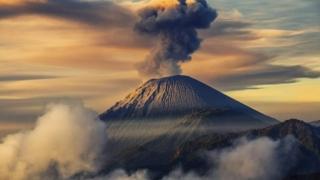 Vulcanul Agung continuă să expulzeze cenușă. Mii de turiști, blocați în Bali