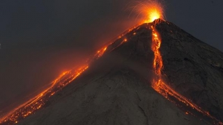 Cenuşa vulcanului Fuego, aruncată la aproape 5000 de metri înălţime
