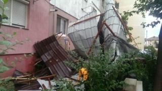 Ce prăpăd au făcut furtunile în țară: mașini distruse și acoperișuri smulse