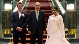 Erdogan a întâmpinat doi miri la palat și i-a dat miresei o brăţară