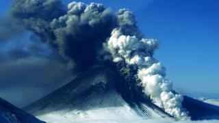 Erupție spectaculoasă a vulcanului Pavlof din Alaska