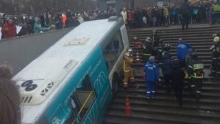 Autobuz cu pasageri căzut pe scările de la o staţie de metrou! Sunt zeci de victime