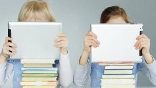 Ce spun specialiştii despre copiii care petrec mai mult de două ore în faţa ecranelor de orice fel