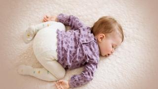 """Este bine să-i """"antrenăm"""" pe bebeluși să doarmă noaptea fără să se trezească?"""
