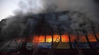 Fabrică în flăcări, în Bangladesh