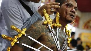 Festival vegetarian, sânge, găuri în corp în numele purificării, în Thailanda