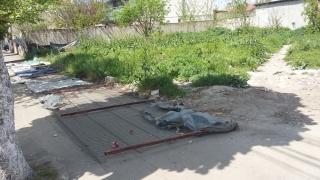 """Gard metalic, pus la pământ din cauza... """"colectorilor cu saltele"""""""