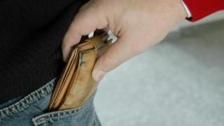 Grijă mare la portofele! Nu le mai ţineţi în buzunare!