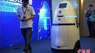 China - Terminal al aeroportului din Shenzhen, patrulat de roboți