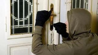 Hoți prinși de polițiști! Unul dintre ei fura ce prindea prin casele oamenilor!