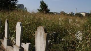 Cimitirul Musulman din Constanța, invadat de buruieni și nepăsare