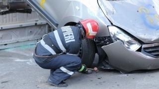 Accident cumplit! Mașină făcută praf, după ce s-a lovit într-un cap de pod