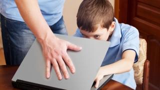 Internetul îi izolează pe copii de familie?
