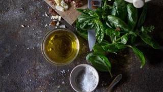 Învață să îți faci acasă uleiul aromat pentru salate!