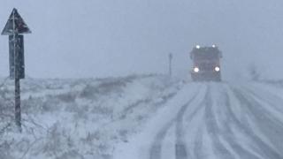Două mașini și 8 persoane prinse în zăpadă la Ciocârlia