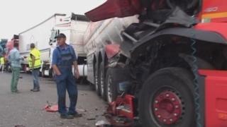 Circulație oprită după un accident cu două TIR-uri şi o maşină