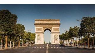 Ciuruiți de gloanțe în mijlocul Parisului