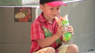 Laptele și cornul din școli ar putea fi înlocuite cu shaworma cu de toate!?