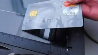 12 români cercetați pentru că ar fi clonat carduri, arestați în Italia