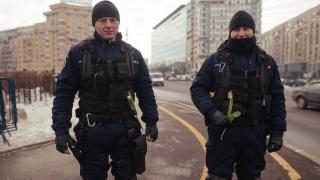 Iohannis critică jandarmii, protestatarii le dau flori