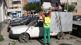 Mașinile abandonate, adunate de pe domeniul public