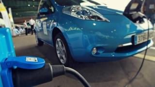 Vânzările de mașini electrice au intrat în priză