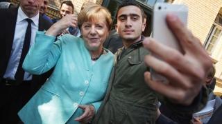 Merkel angajează refugiați, extremiștii îi iau la goană