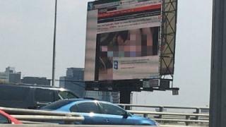 Hackerii au transformat un ecran publicitar în canal TV porno