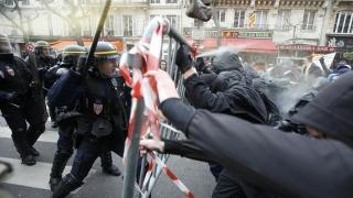Militari agresaţi la Paris, la un miting pentru ridicarea stării de urgenţă