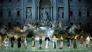"""Modelele au """"plutit"""" pe apă pentru... Karl Lagerfeld, la Roma"""