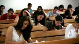 Numărul studenților din România s-a înjumătățit față de 2007-2008
