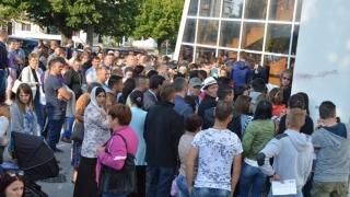Vacanță petrecută la ghișee. Plângere penală împotriva ministrului de Interne