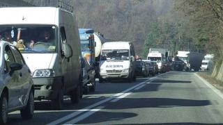 Coloană de maşini pe Valea Prahovei, între Predeal şi Azuga. Se circulă cu 10 kilometri la oră