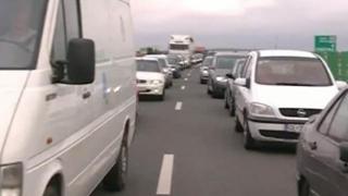 Mașină în flăcări și coadă de autoturisme pe Autostrada Soarelui