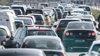 Coadă de mașini la ieșirea din țară! Se așteaptă cu orele pentru a trece granița