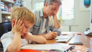 Concediu plătit pentru părinţii care rămân acasă cu cel mic. Decizia Guvernului