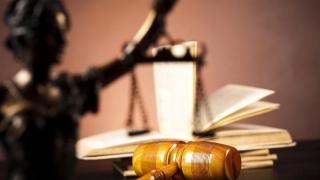 Un comisar-şef din Poliţia Bacău condamnat la închisoare cu suspendare pentru favorizarea infractorului
